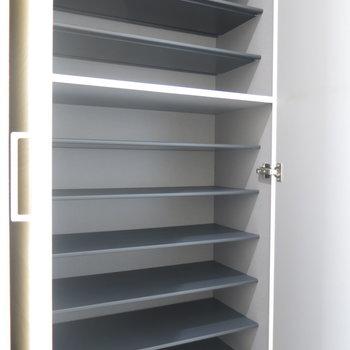 靴箱も大容量!※写真は9階の反転間取り別部屋のものです