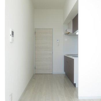 キッチンの奥まで届く採光!※写真は9階の反転間取り別部屋のものです
