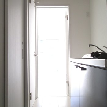 キッチンの向かい扉は〜※写真は通電前のものです※写真は1階の同間取り別部屋のものです