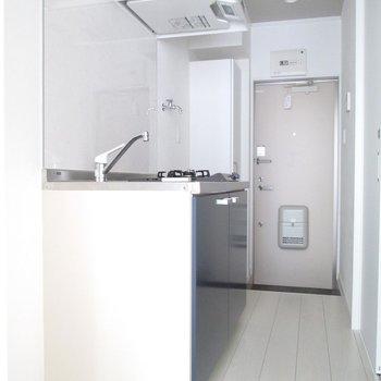 キッチンも広いです。※写真は通電前のものです※写真は1階の同間取り別部屋のものです