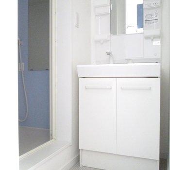 洗面台付の脱衣所です。※写真は通電前のものです※写真は1階の同間取り別部屋のものです
