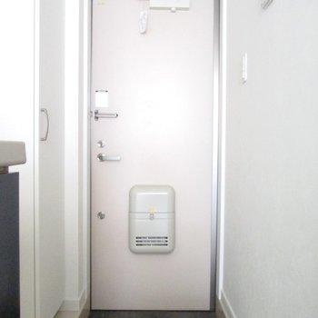 玄関はコンパクトに。※写真は通電前のものです※写真は1階の同間取り別部屋のものです