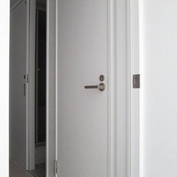 隣の扉は〜※写真は通電前のものです※写真は1階の同間取り別部屋のものです
