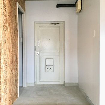 玄関もひろ〜いのです。向かって左何でしょう?