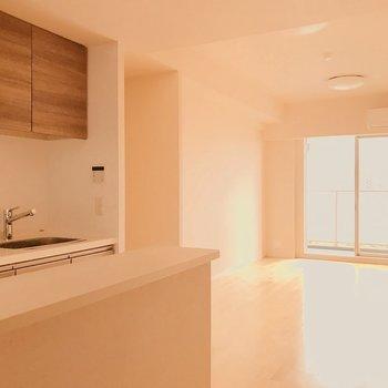 カウンターに料理を置いて。フロアライトの明かりで部屋を灯したい。※写真は4階の同間取り別部屋のものです