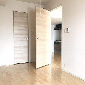 こちらは洋室。ドアも自然な風合い※写真は4階の同間取り別部屋のものです
