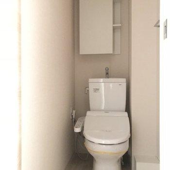 ウォシュレット付きトイレ※写真は4階の同間取り別部屋のものです