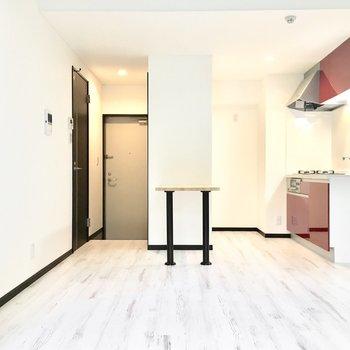 白基調の空間に真っ赤なキッチンがアクセントに♪