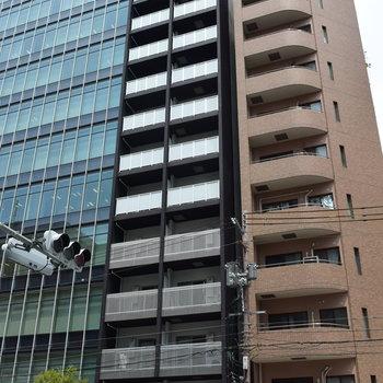 黒のすらっとした外観のマンションです