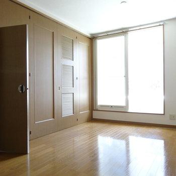 扉をしめて、1つの扉だけ開けることできます!ここは鍵もしまるのです!(※写真は清掃前のものです)