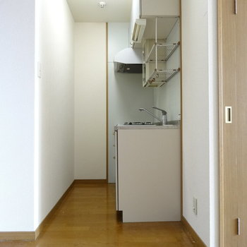 キッチンの横には冷蔵庫置けるスペース◎(※写真は清掃前のものです)