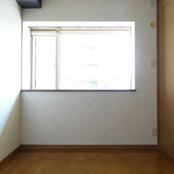 お隣の洋室。大きな窓から光がたっぷり。(※写真は清掃前のものです)