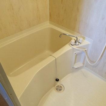 お風呂もゆったりサイズ♪壁もアクセントになって素敵!(※写真は清掃前のものです)