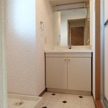 床がオシャレな脱衣所。洗面台広々◎(※写真は清掃前のものです)