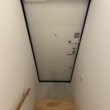 玄関に到着。※写真は3階の同間取り別部屋のものです