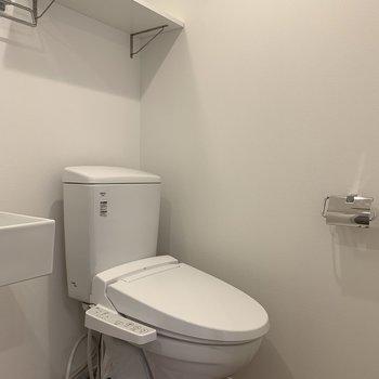 トイレ。上の棚嬉しい!※写真は3階の同間取り別部屋のものです