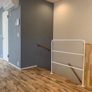 階段を降りていくと※写真は3階の同間取り別部屋のものです