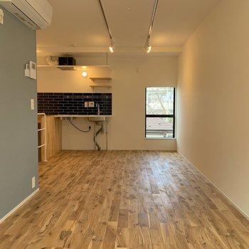 遠目に見てもキッチンいいー!※写真は3階の同間取り別部屋のものです
