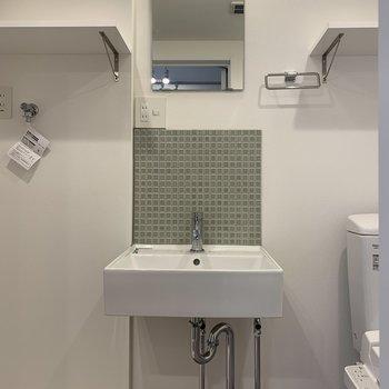鏡付き洗面台と※写真は3階の同間取り別部屋のものです