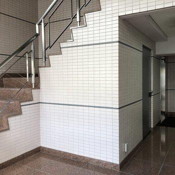 エントランスホール。階段もあります。