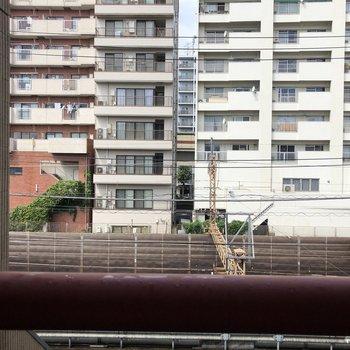 【洋室②】窓からはすぐそこに線路が見えます。