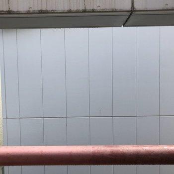 【洋室①・dk】窓の外は…壁です。