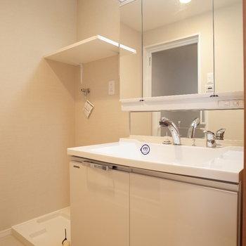 3面鏡で、毎朝の準備がらくちん♪※写真は9階の同間取り別部屋のものです