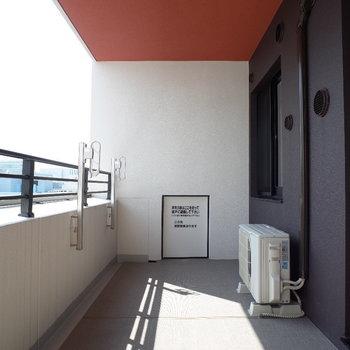 ゆったりとしたバルコニーです!※写真は9階の同間取り別部屋のものです