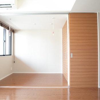 オープンして使うと広い1Rとしても使えます!!※写真は9階の同間取り別部屋のものです
