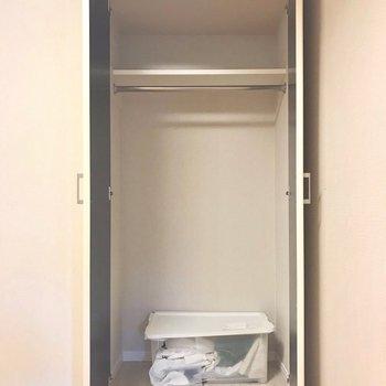 収納はコンパクト。※写真は9階の同間取り別部屋、モデルルームのものです