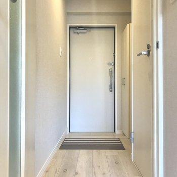 玄関までの道も明るくてキレイ。※写真は9階の同間取り別部屋、モデルルームのものです