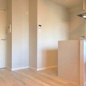 カクっとしたところが冷蔵庫かな。※写真は9階の同間取り別部屋、モデルルームのものです
