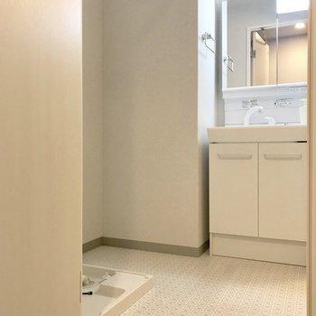 洗濯機の隣にラック置けそう!※写真は9階の同間取り別部屋、モデルルームのものです