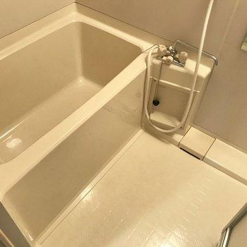 お風呂はシンプルに。個人的にあの隠せる排水口カバーが嬉しい。※写真は3階の反転間取り別部屋、一部工事中のものです
