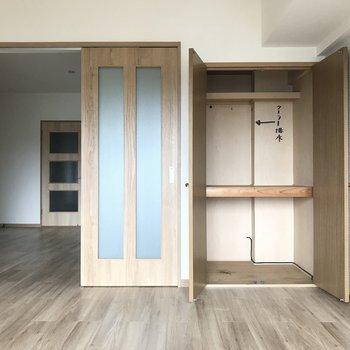 まずは6帖の洋室!※写真は3階の反転間取り別部屋、一部工事中のものです