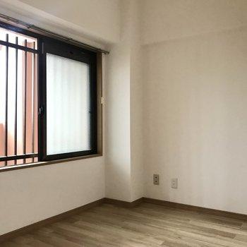 4.5帖のお部屋はちょっと暗めかな。※写真は3階の反転間取り別部屋、一部工事中のものです
