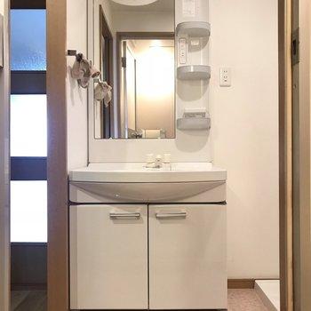 どっしりとした洗面台。朝の準備が捗ります。※写真は3階の反転間取り別部屋、一部工事中のものです