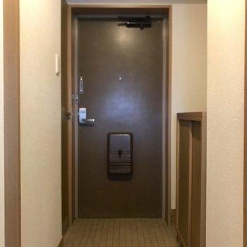 玄関レトロでかわいいなぁ。※写真は3階の反転間取り別部屋、一部工事中のものです