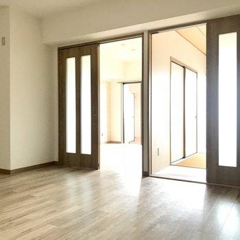 左が洋室で、右が和室。※写真は3階の反転間取り別部屋、一部工事中のものです