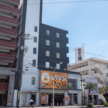 通り沿いに建つビルの2階部に。