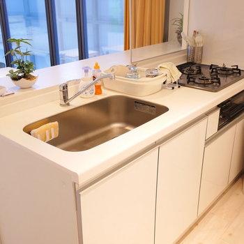 対面式キッチンはグリル付3口コンロ。