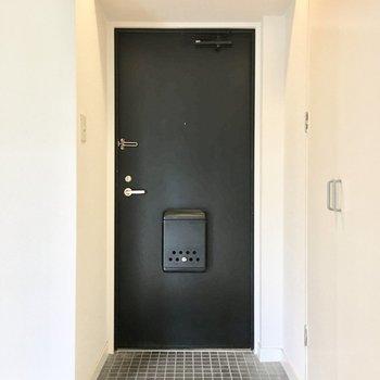 玄関はシックに白×黒。