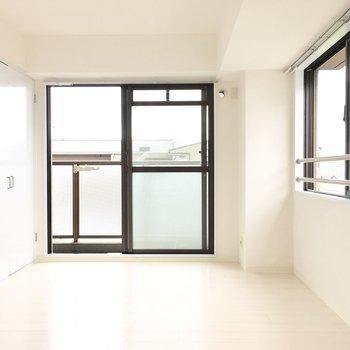 お隣の洋室へ。こちらは2面光彩!