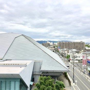 ルーバルからは市立体育館の屋根ビュー。