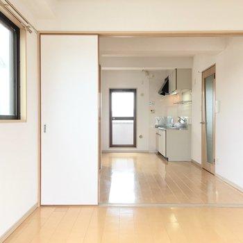 洋室①】ドアを開けてダイニングとして使うのもいいかも。