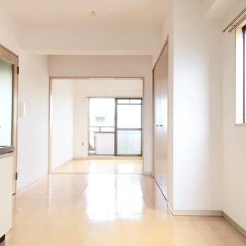 キッチン〜洋室まで奥行きのある空間。