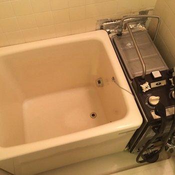お風呂は小さめ