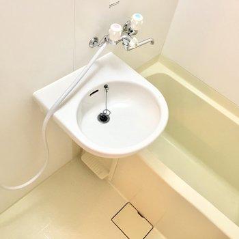 お風呂は洗面台との2点ユニットです。