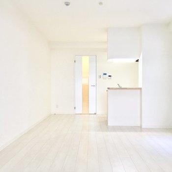 真っ白なシンプルな内装♪