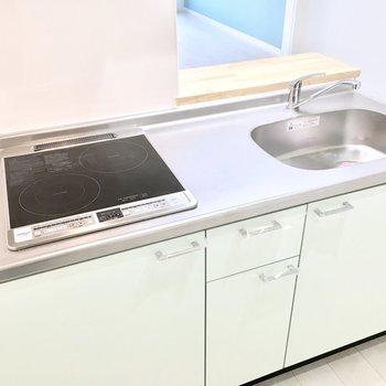 キッチンはお手入れラクラクのIHコンロ。